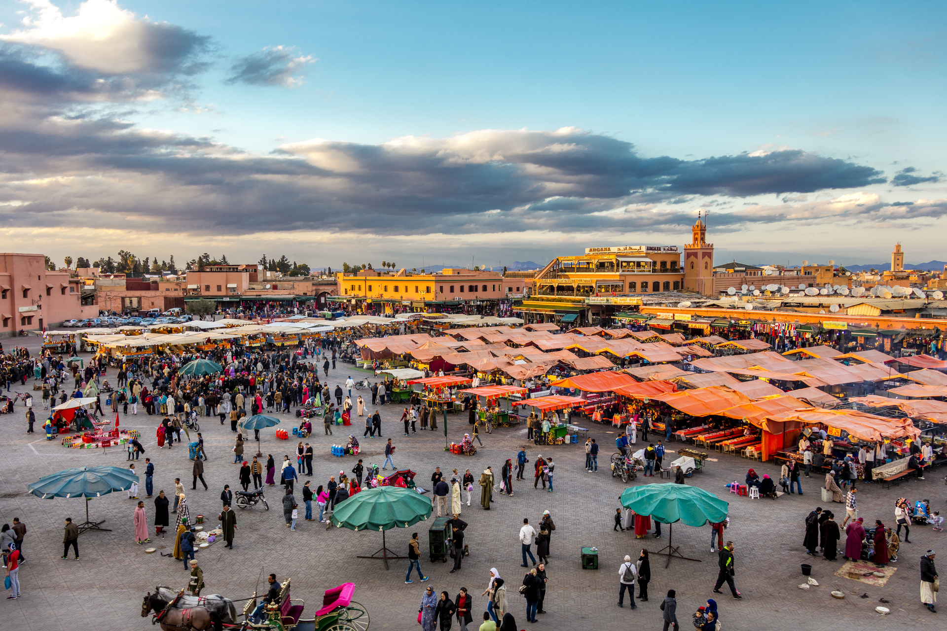 Druk Djemaa el Fna plein, Marrakech, Marokko