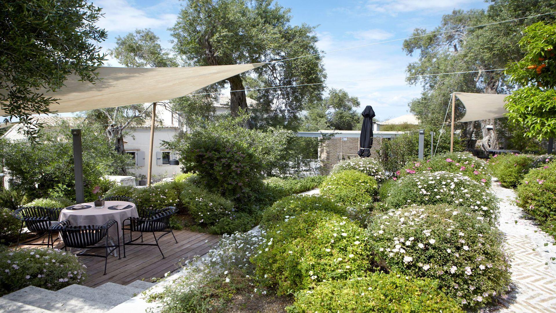 Mooi begroeide tuin Torri e Merli, Lakka, Paxos, Griekenland