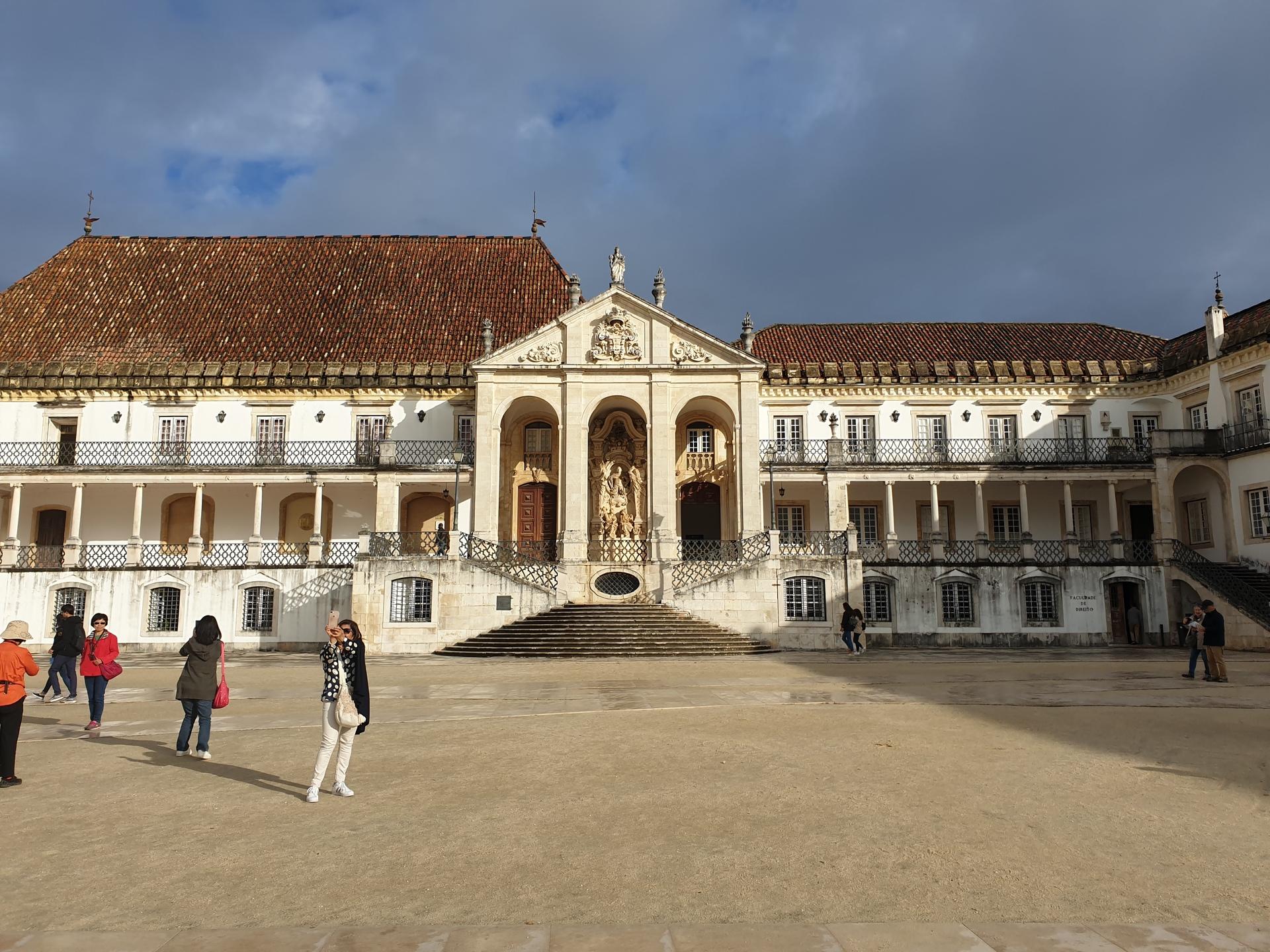 Het plein voor de universiteit van Coimbra