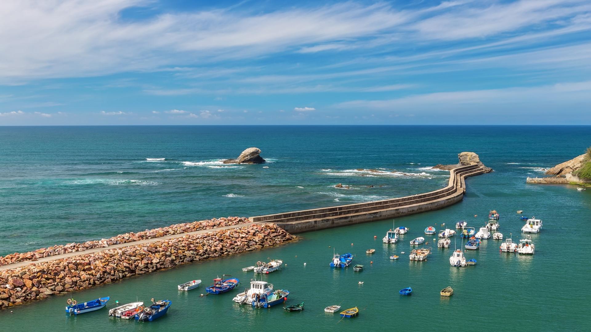 Haven aan zee met vissersboten van het vissersplaatsje Vila Nova Milfontes, Alentejo, Portugal