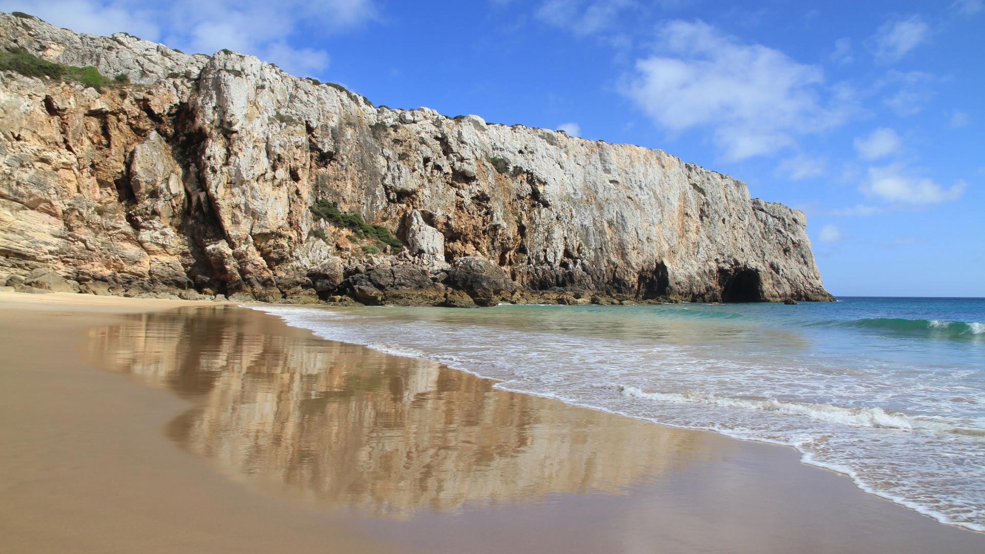 Strand en weerkaatsing van de kliffen, Beliche, Sagres, Portugal