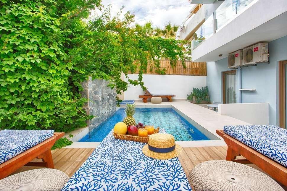 Serenity Blue - Chersonissos - Kreta - zwembad met ligbedden en hoedje