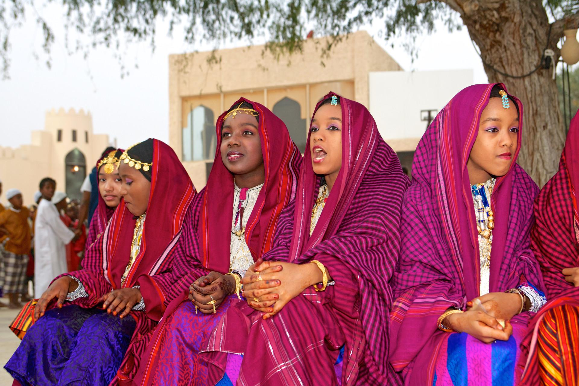 Omani meisjes in traditionele kleding, Oman