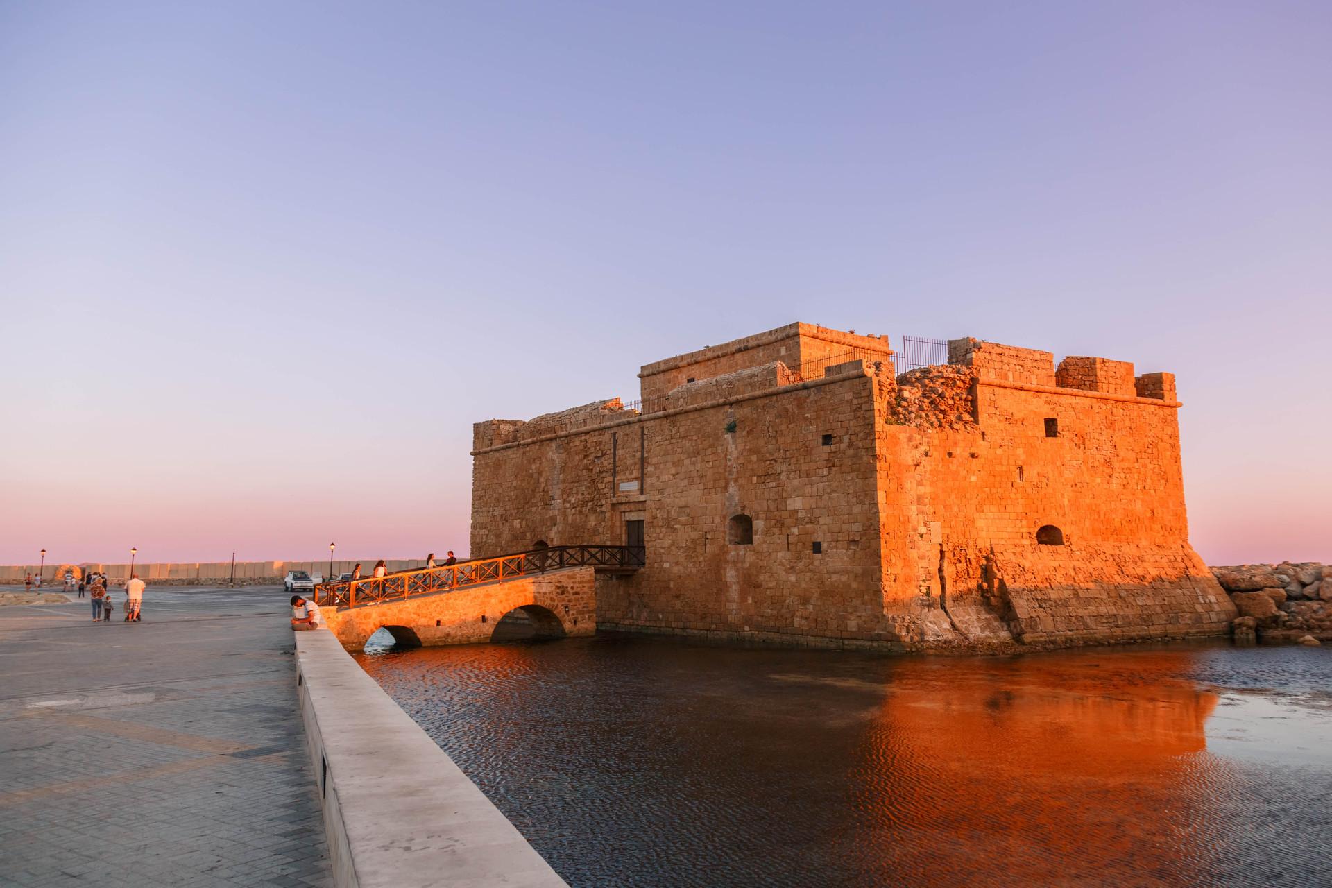 Paphos fort tijdens zonsondergang, Paphos, Cyprus