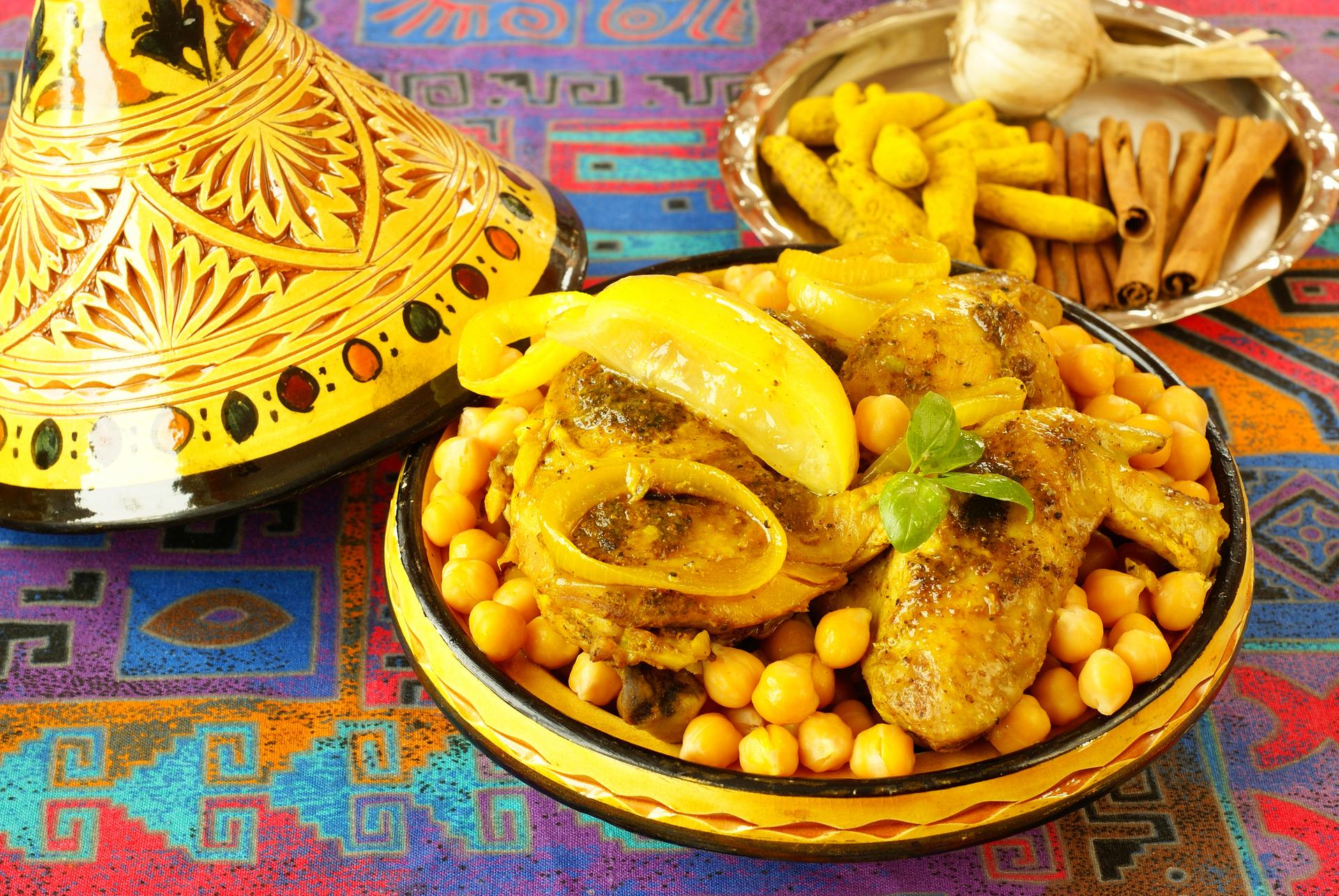 Gele tajine met kip en kikkererwten gerecht, Marokko