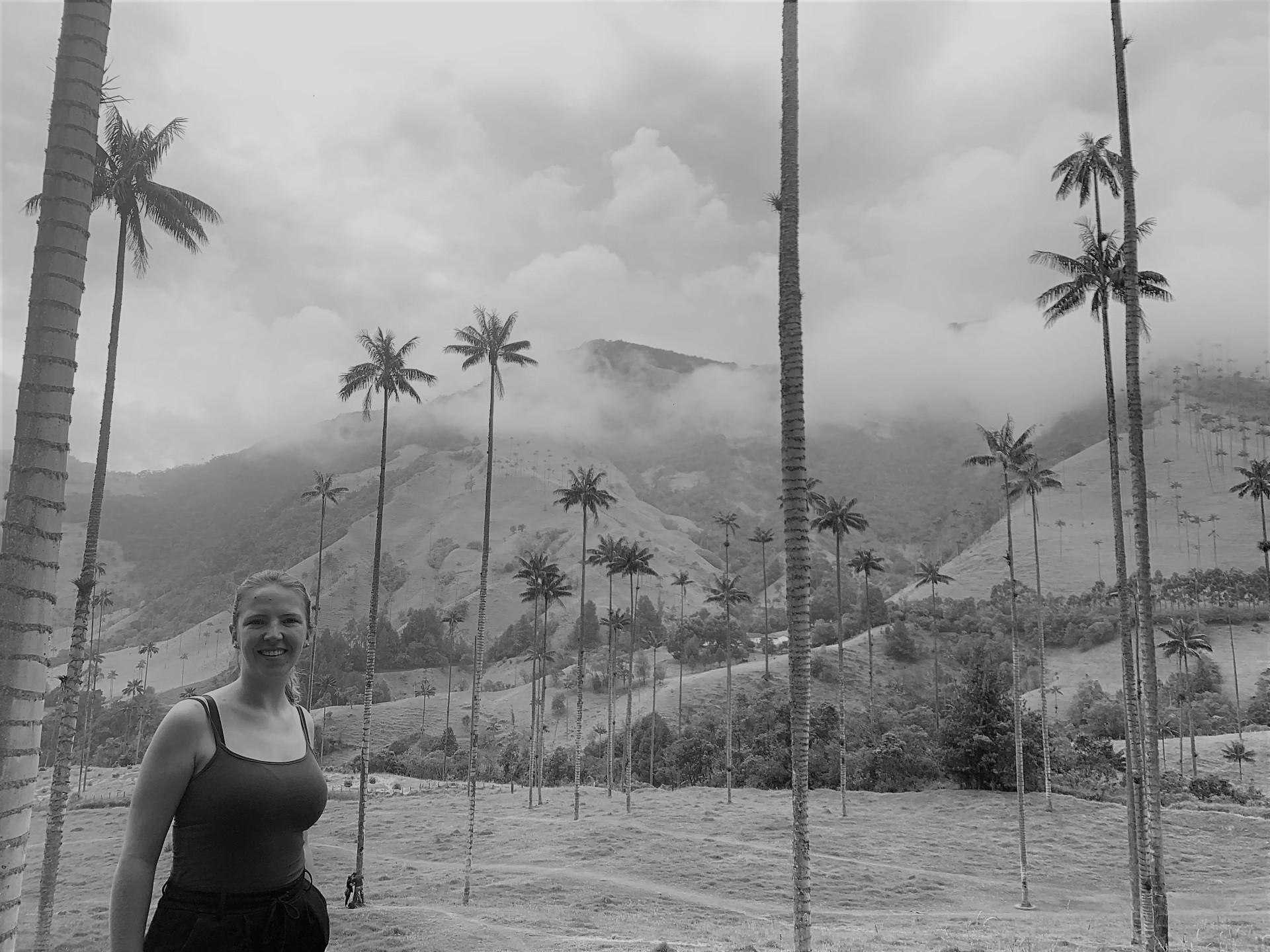 Reisspecialist Silvia van de Reep tussen de palmbomen