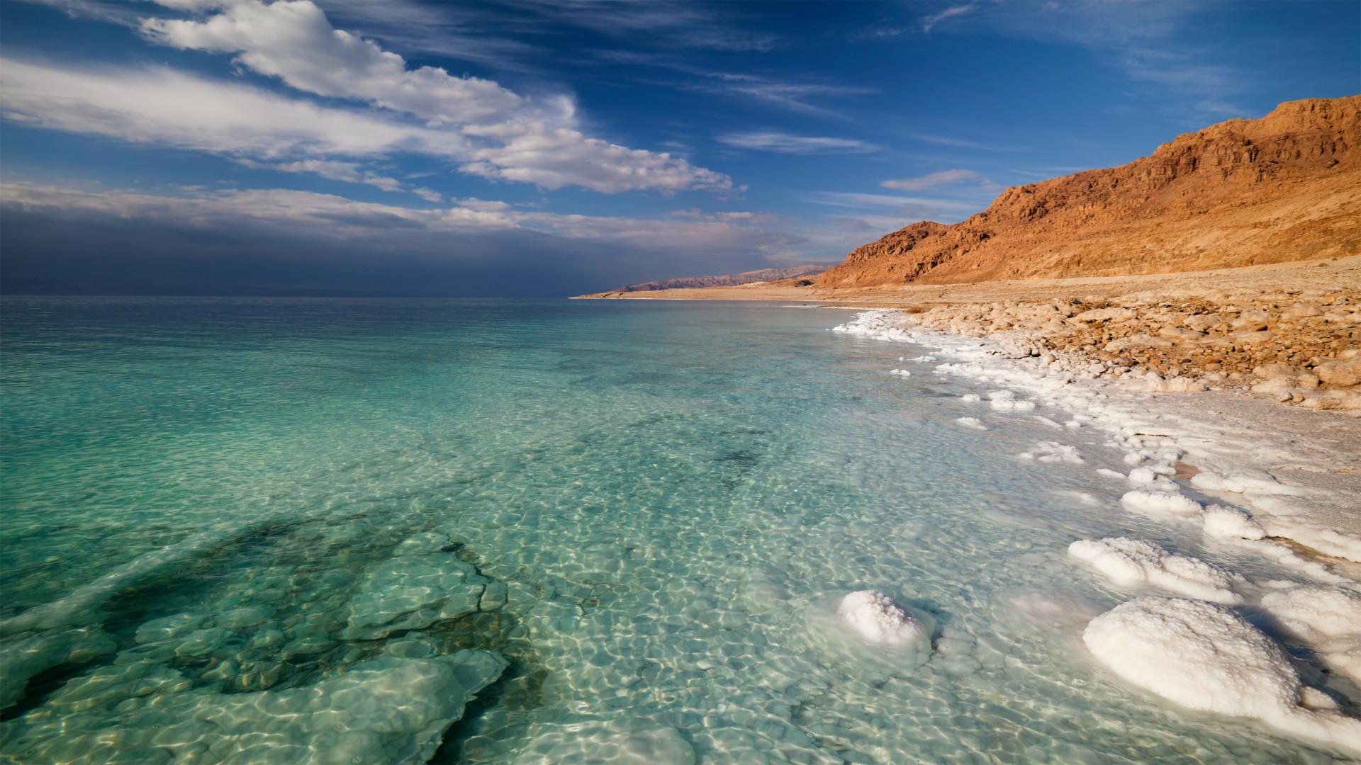 Zoutaanslag en helder water Dode Zee,  Israëll