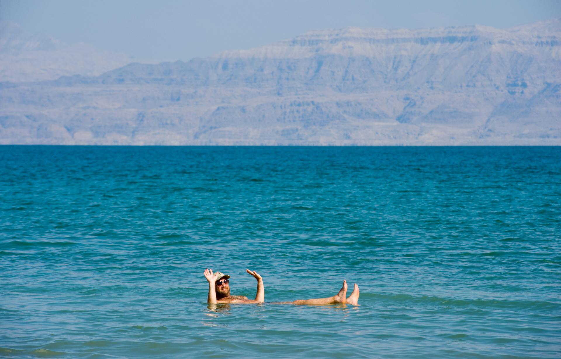 Een man drijft in de Dode Zee bij Israël
