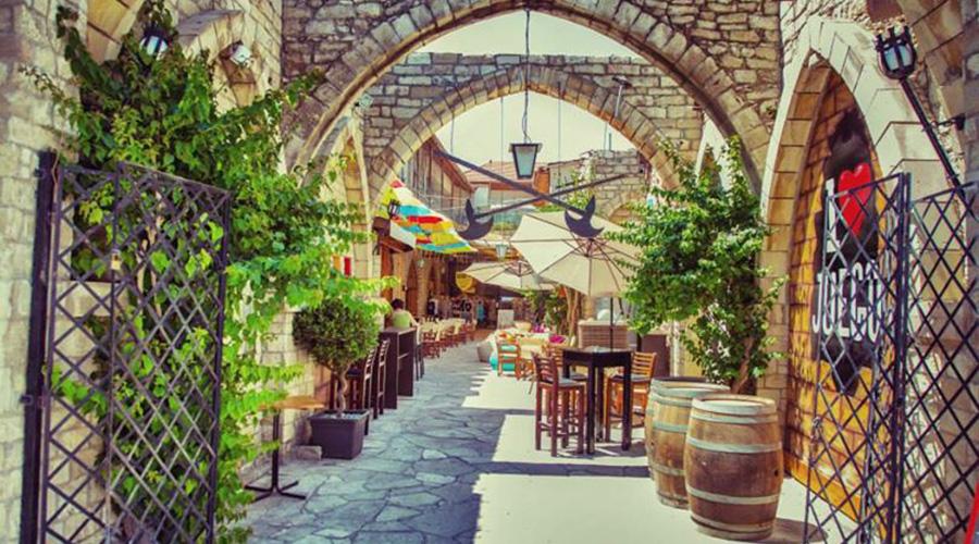 Gezellig straatje Limassol, terrasjes, Cyprus