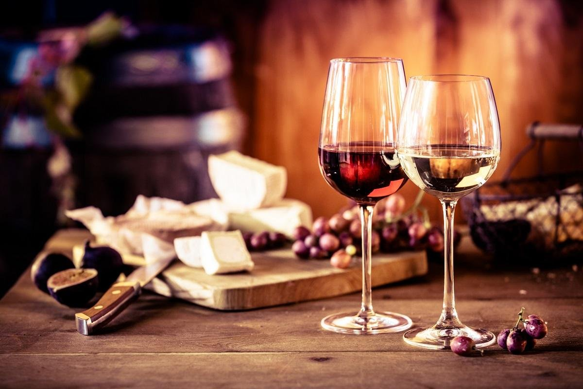 Een kaasschotel met wijn