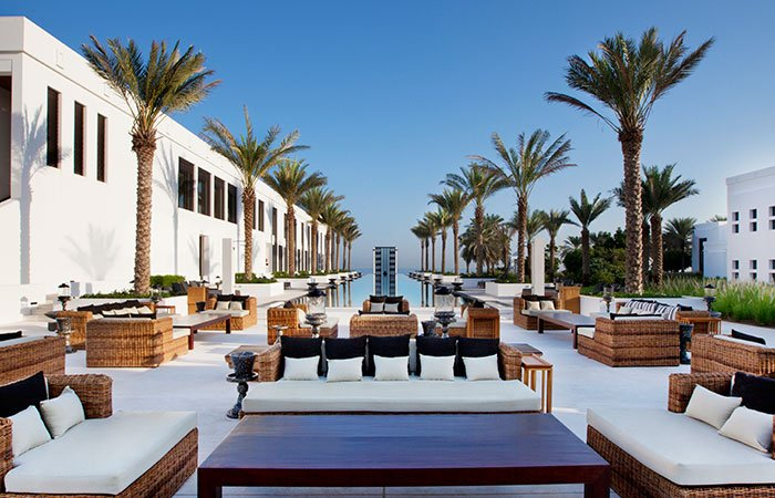 Hotel The Chedi terras en zwembad op de achtergrond - Muscat