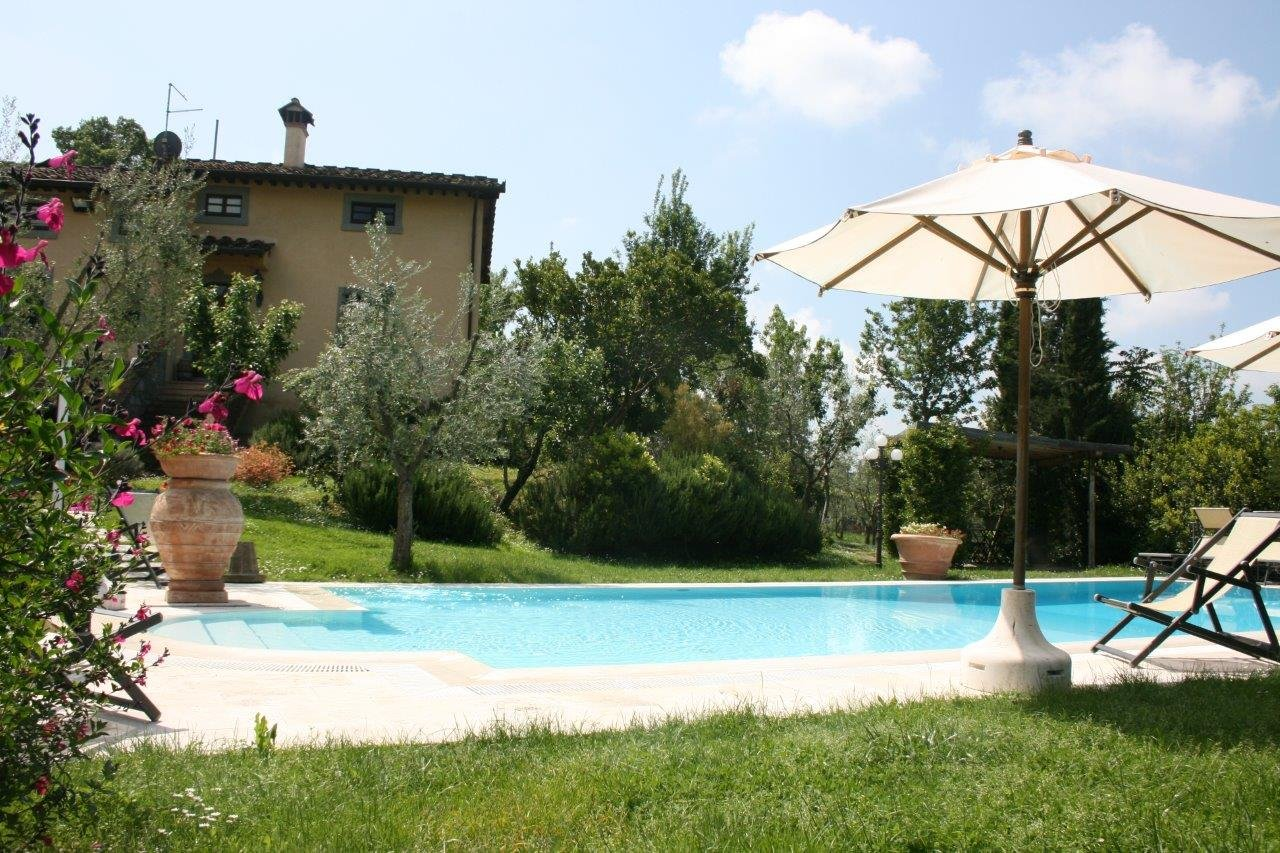 Villa degli Olivi zwembad met parasol