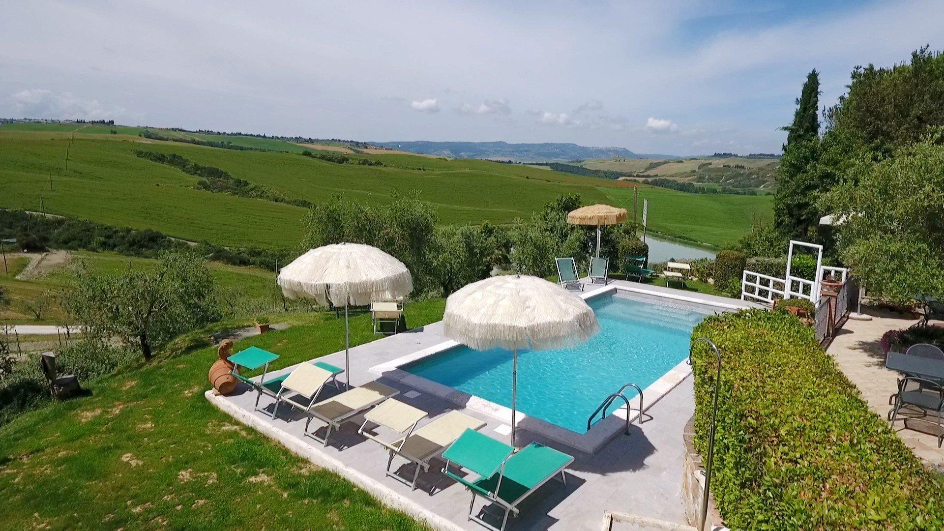Palazzo-Conti-zwembad-parasols.jpg