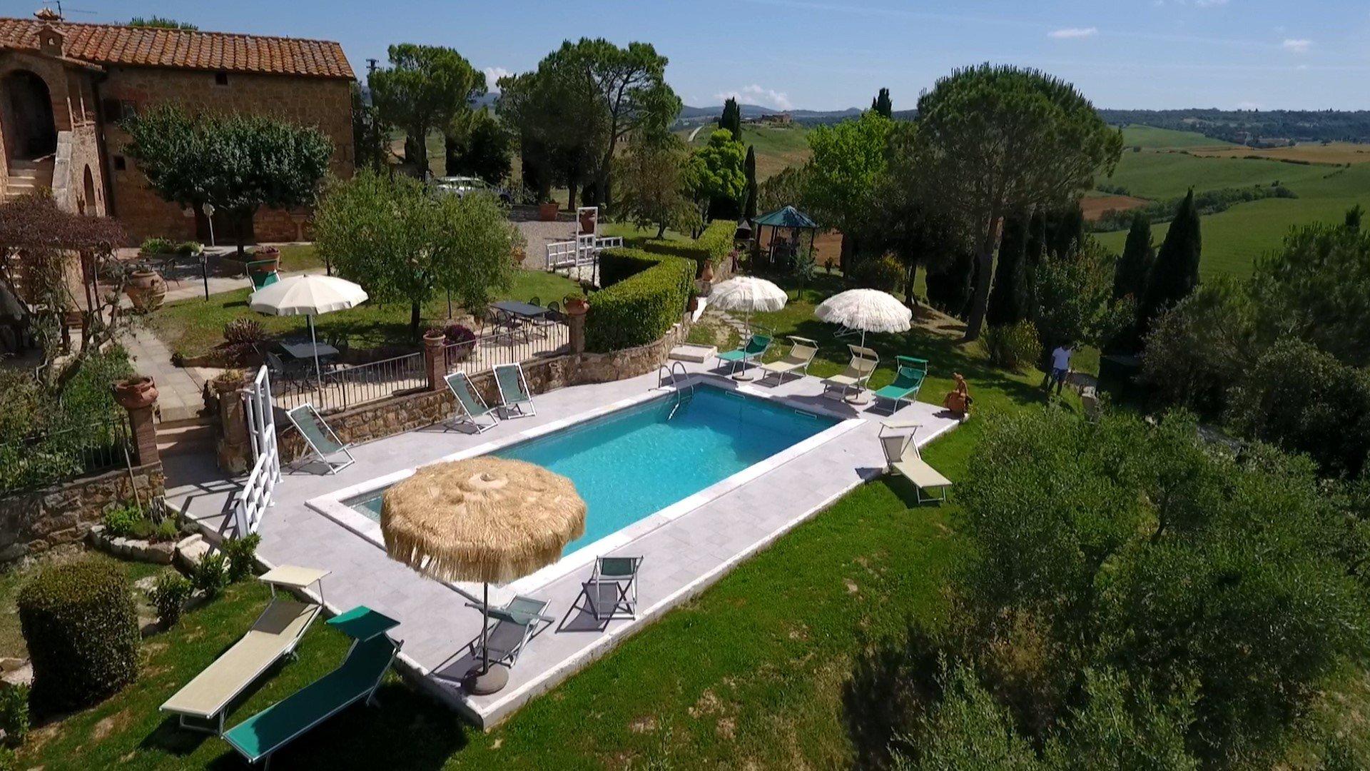 Palazzo-Conti-Zwembad met parasols.jpg