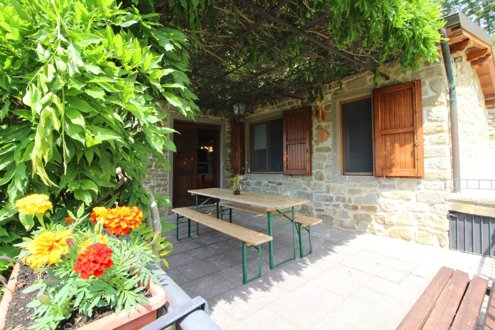 Santa Cristina - overdekt terras met picknicktafel