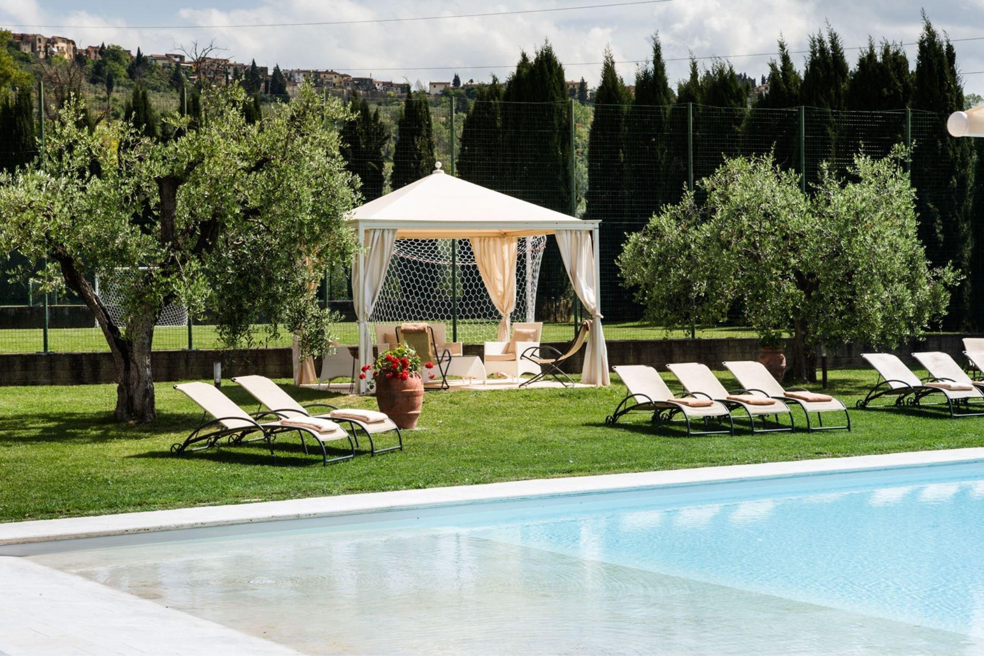 fattoria pogni - zwembad met prieel tuin