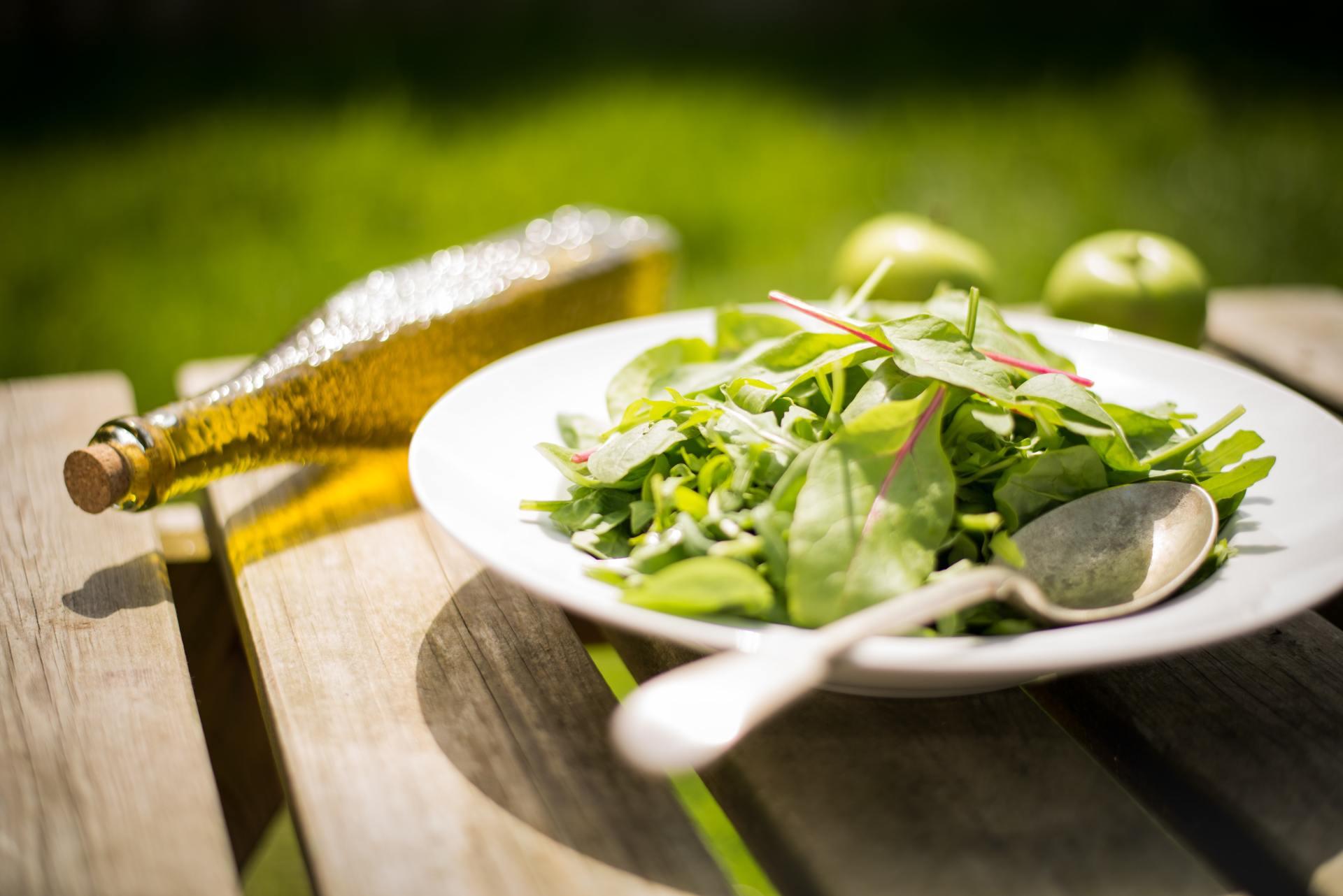 Een bord eten op een tafeltje