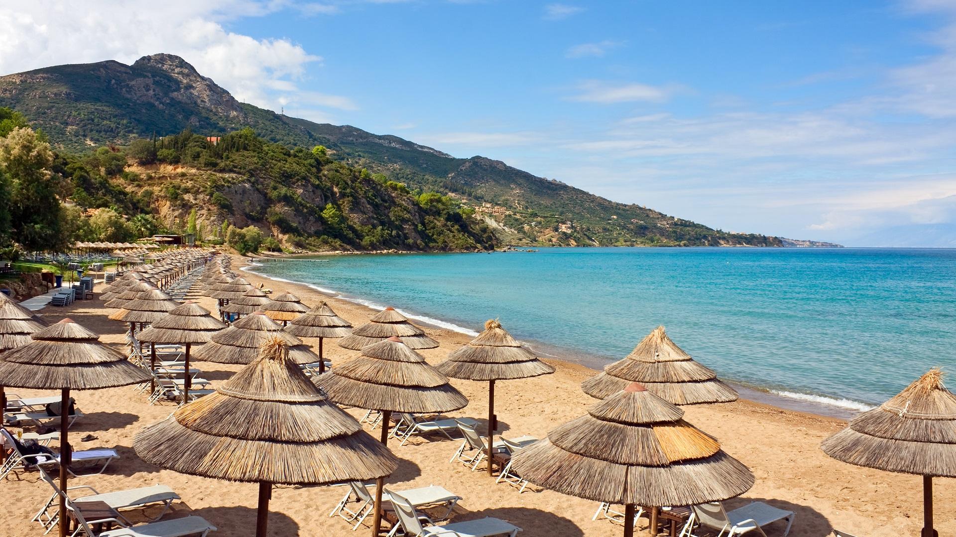 Strand met parasols op Zakynthos