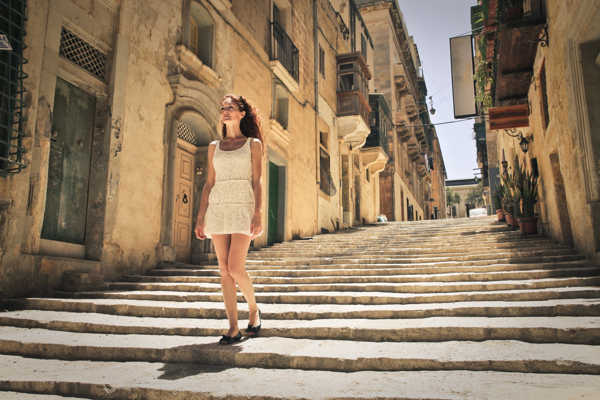 Vrouw op Straat, op trap, Valletta, Malta
