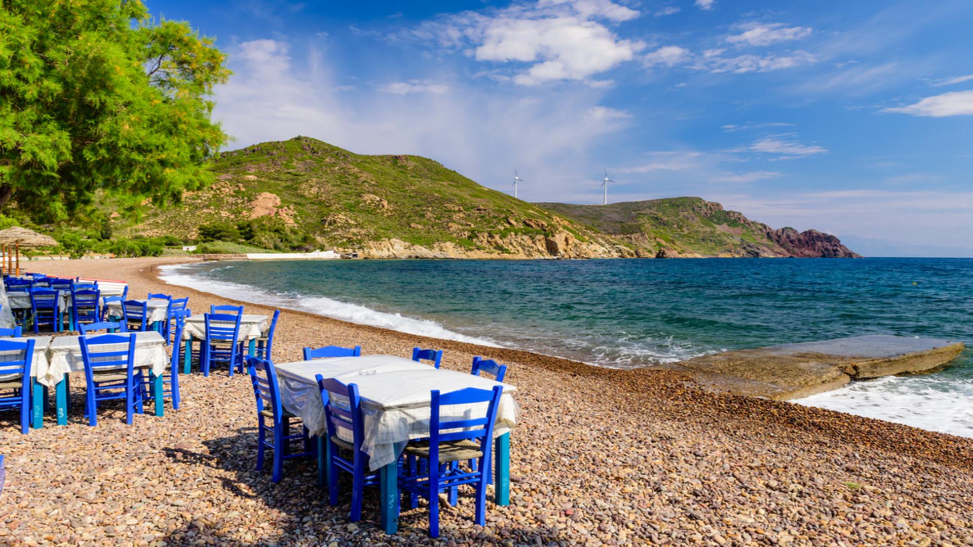 Traditionele Griekse taverne op Lambi beach, Patmos eiland, Dodecanese, Griekenland
