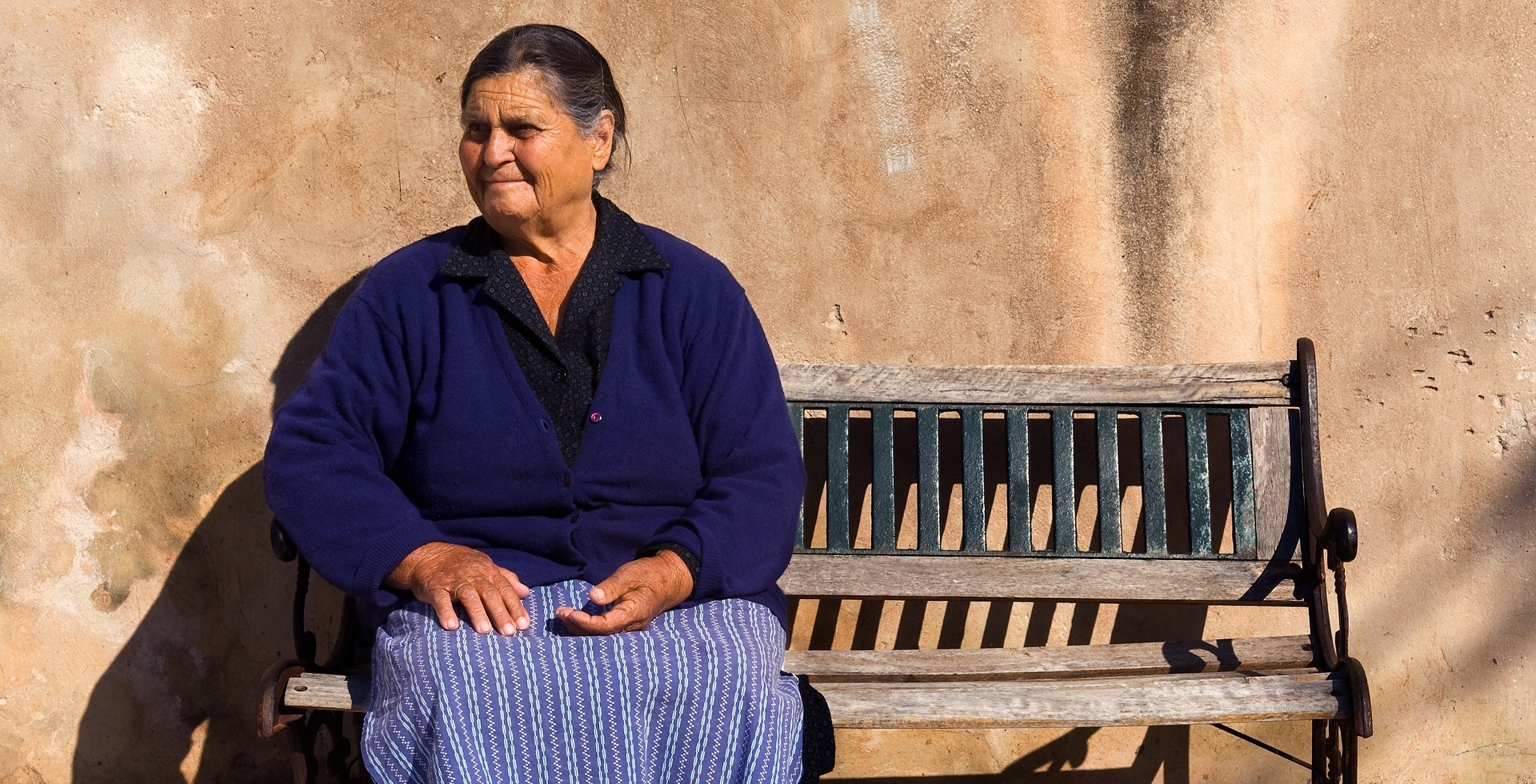 Grieks vrouwtje op een bankje
