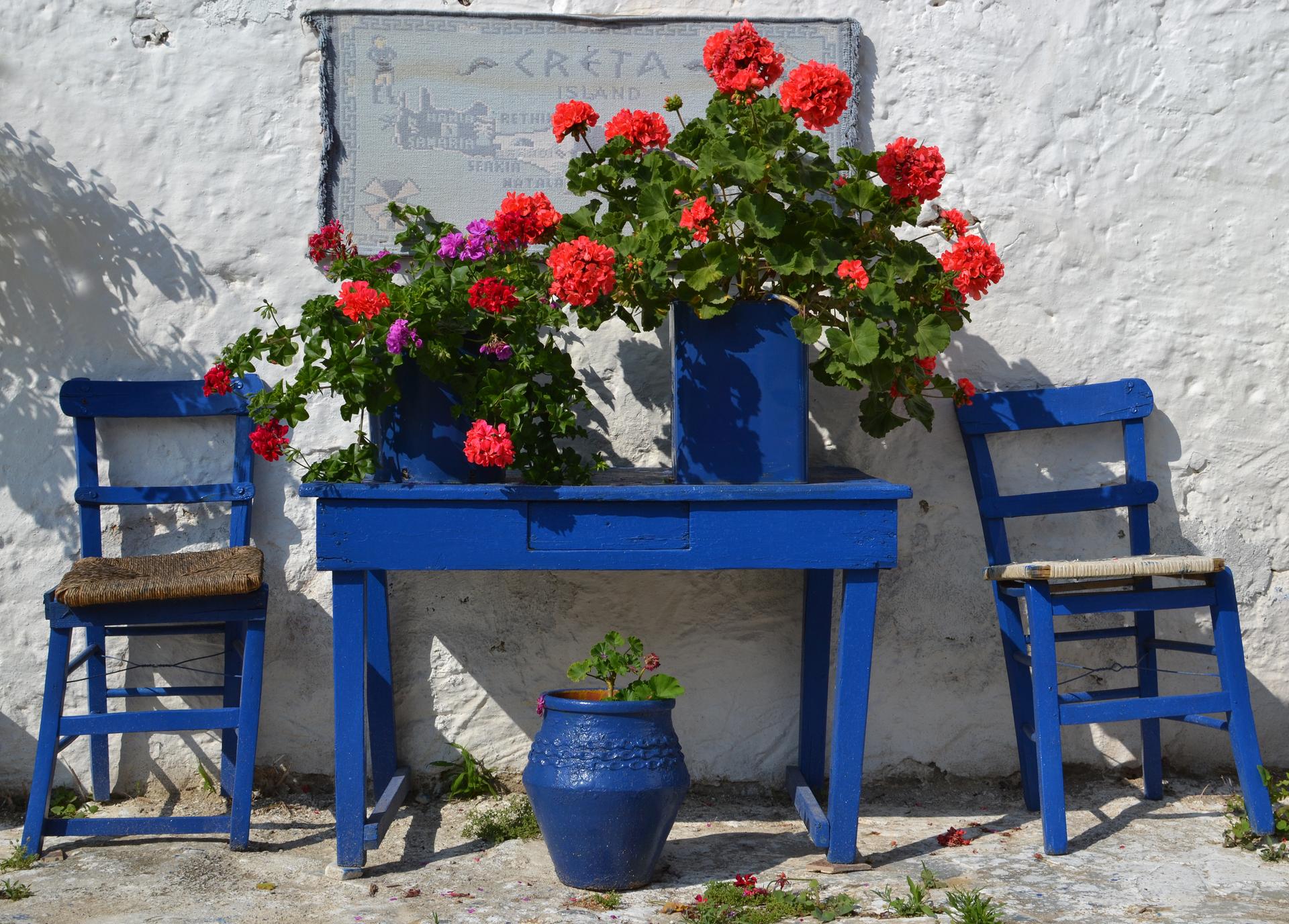 Blauwe tafel met bloemen in Piskopiano op Kreta