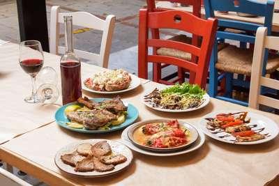 Een tafel vol Grieks eten op Kreta