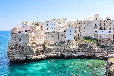 Uitzicht op de huisjes in Polignano Mare in Puglia Italie