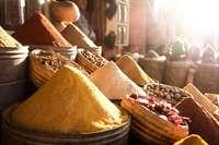 Marokko markt kruiden met tegenlicht - &Olives