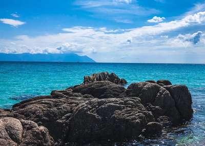 Helderblauw water en imposante rotsen