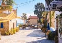 Een authentiek straatje met typisch Cypriotische taverna's