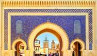 Een mooie doorgang met uitzicht op de medina in Fès
