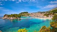 Mooi panoramisch uitzicht met zee op de voorgrond en daarachter het stadje Parga, Griekenland