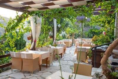 Een mooi terras tussen het groen op Cyprus