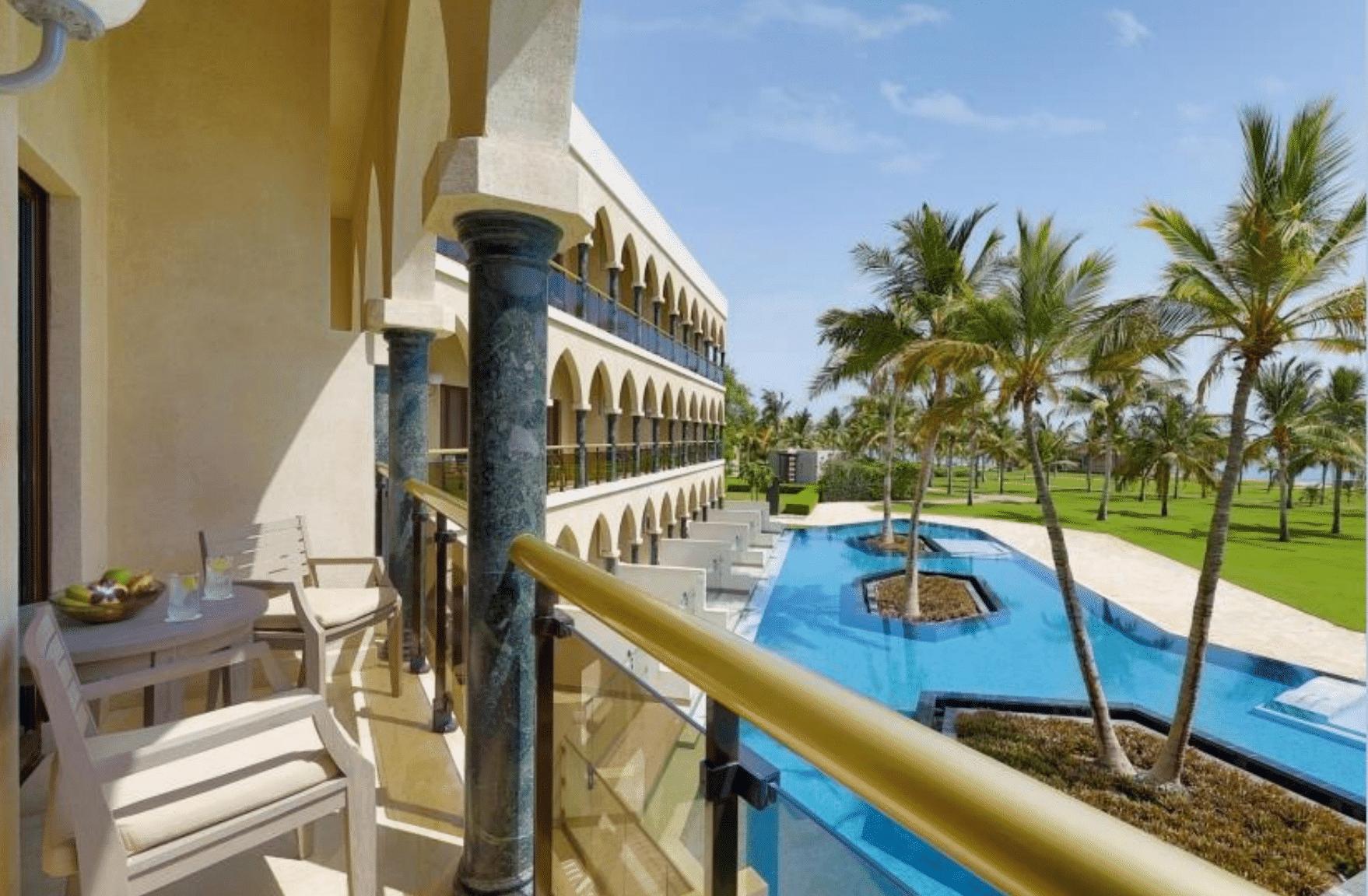 Hotel Al Bustan Palace balkon luxe kamer zwembadzicht - Muscat