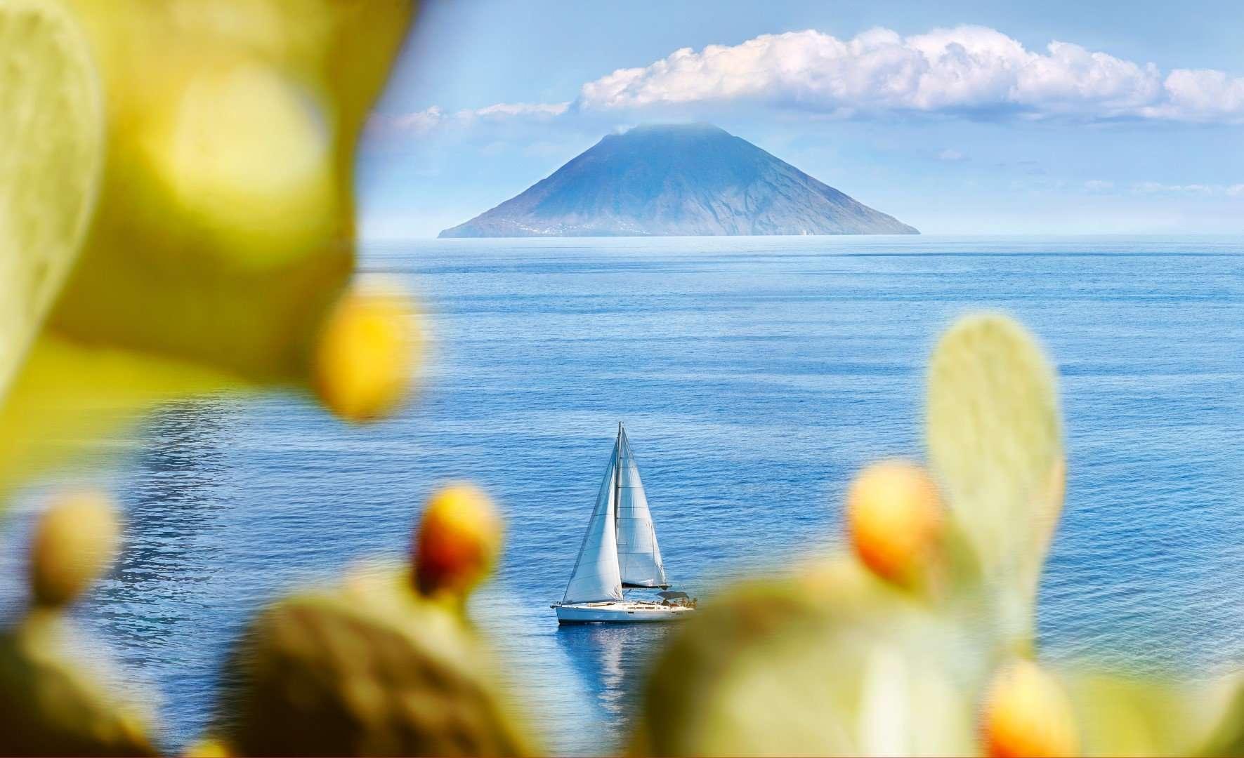 uitzicht op stromboli vanaf salina - eolische eilanden - sicilie