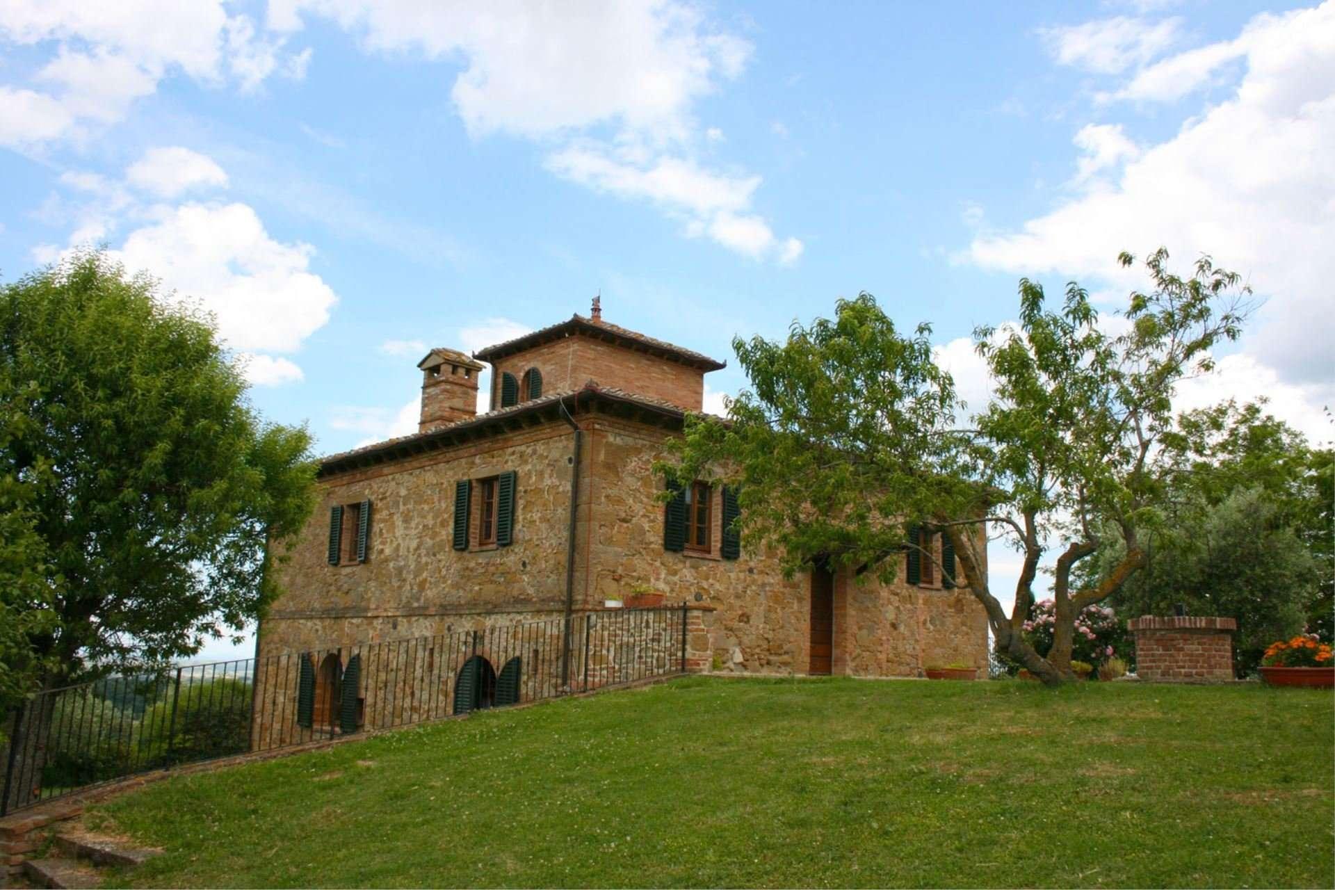 poggiarone - buitenkant huis met grasveld