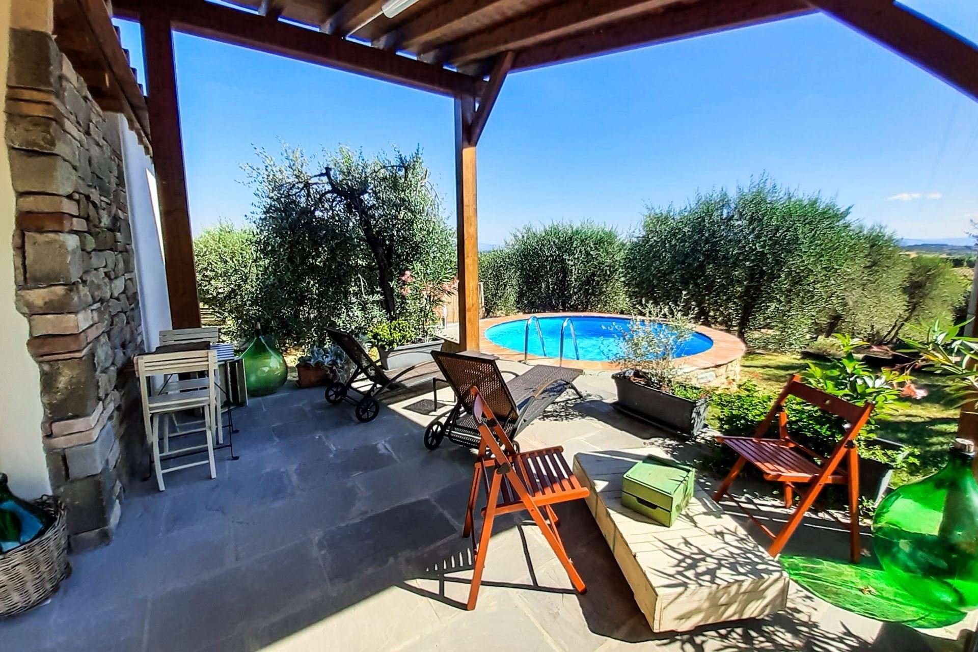 selva degli ulivi - ligstoelen en zitje bij zwembad