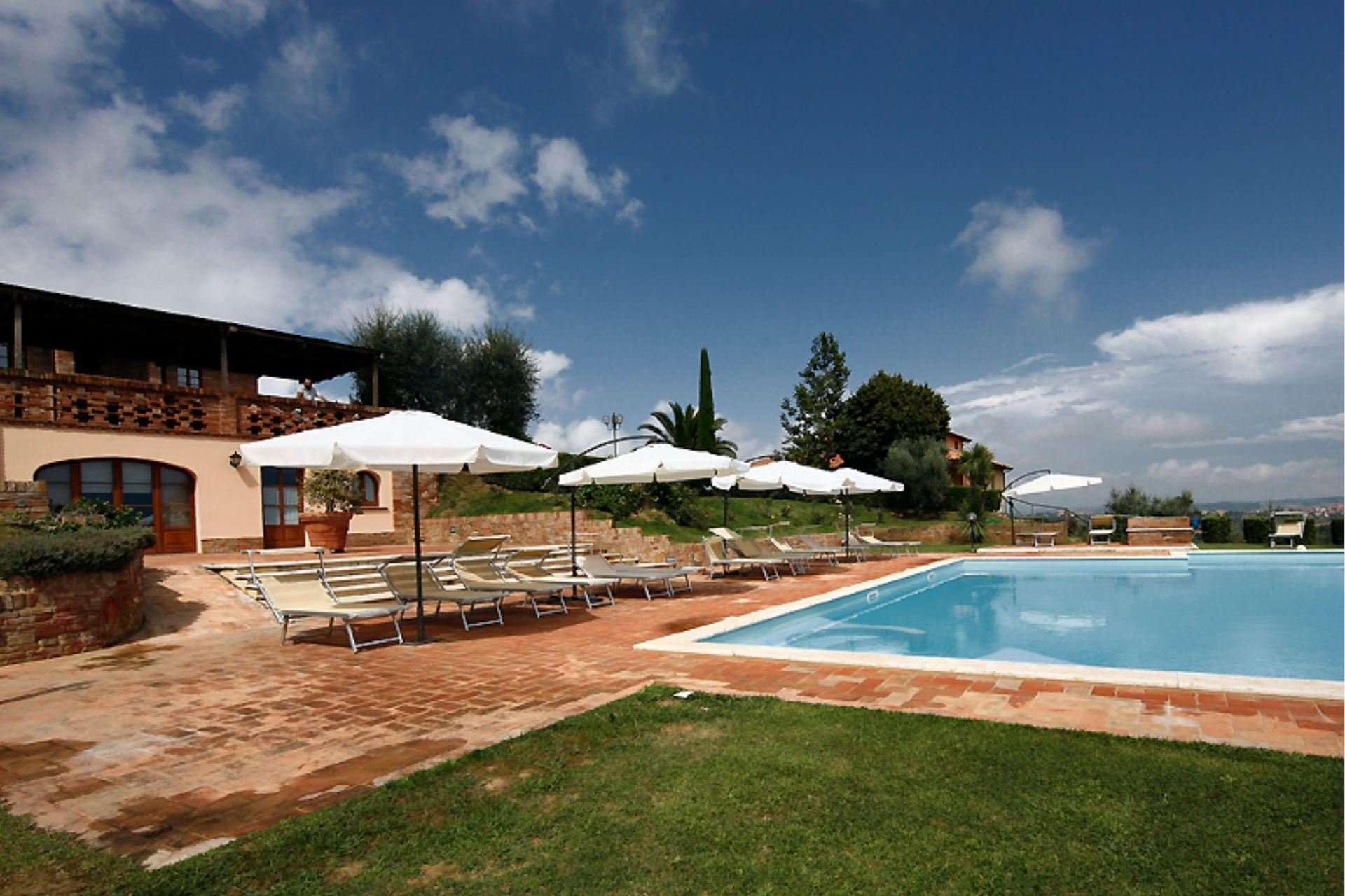 sanguineto - zwembad met parasols