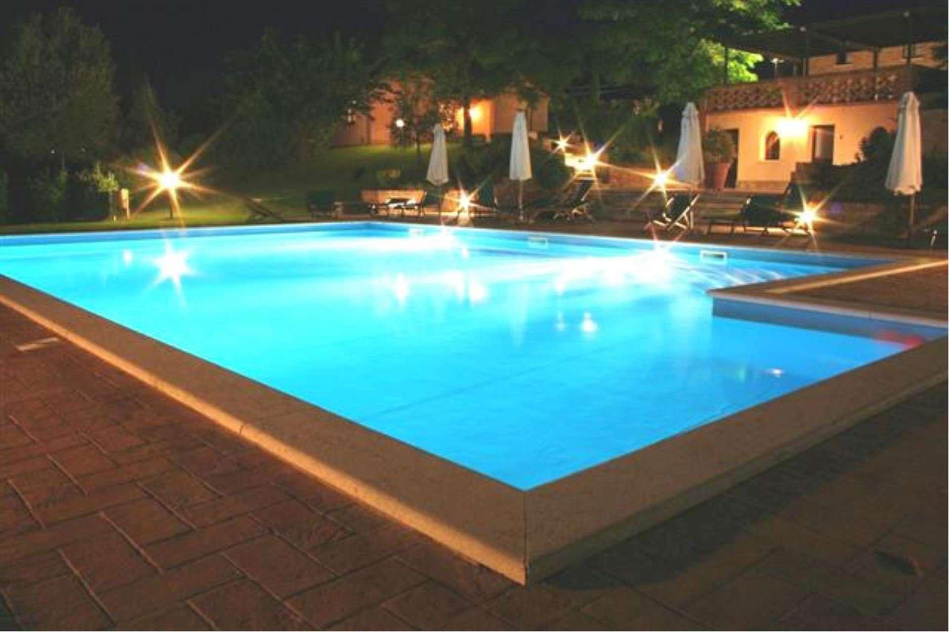 sanguineto - zwembad verlicht