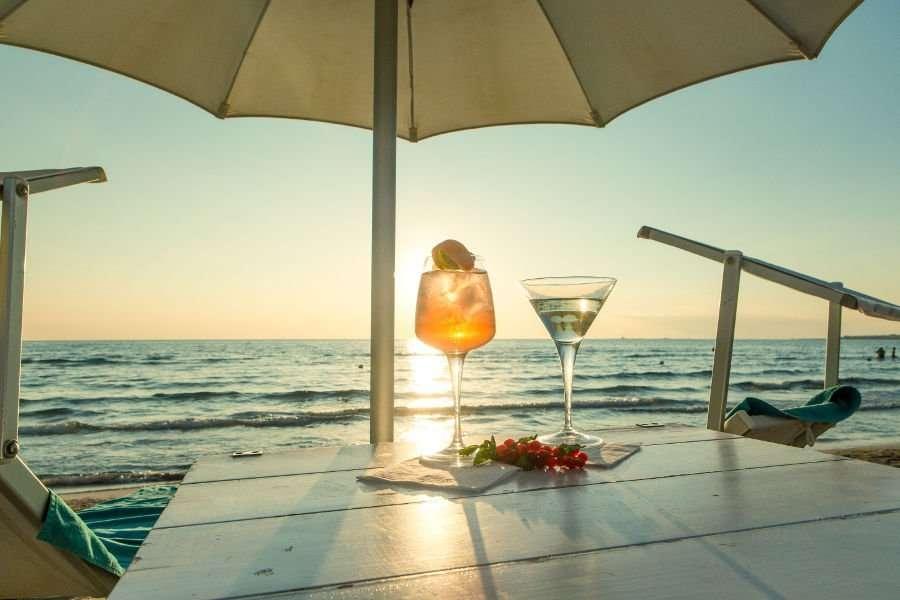 costa brada hotel -cocktail bij ondergaande zon