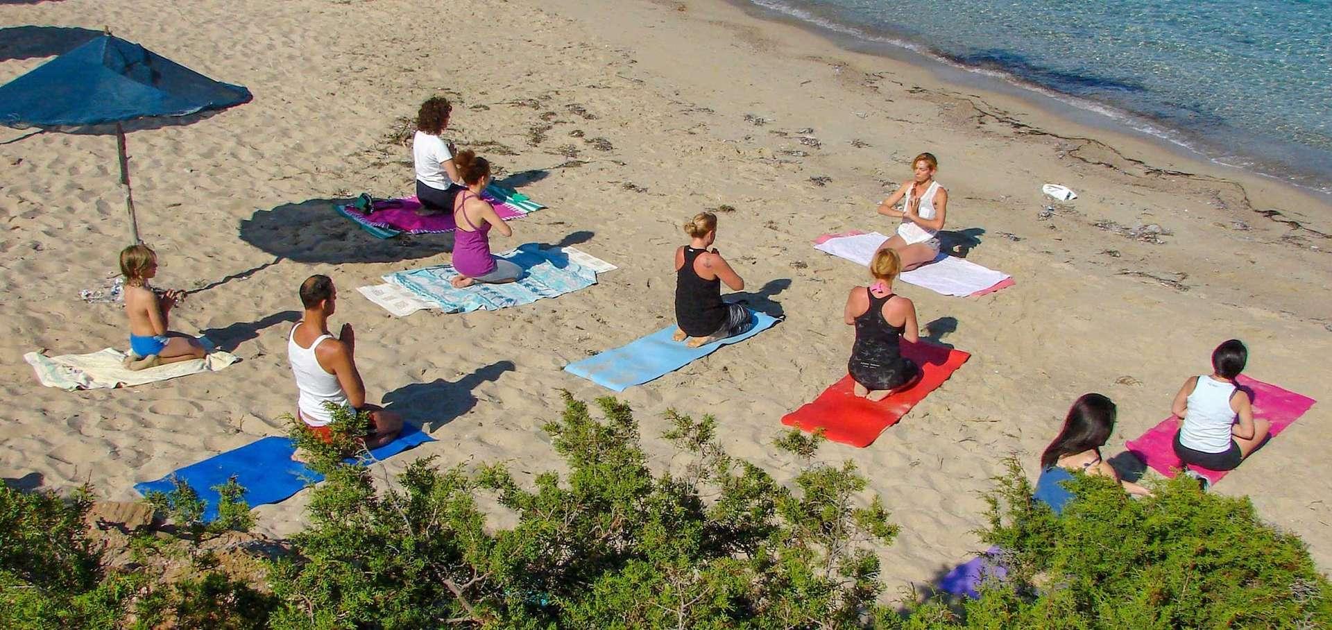 kerveli luxury villa - yogalessen op strand.jpg