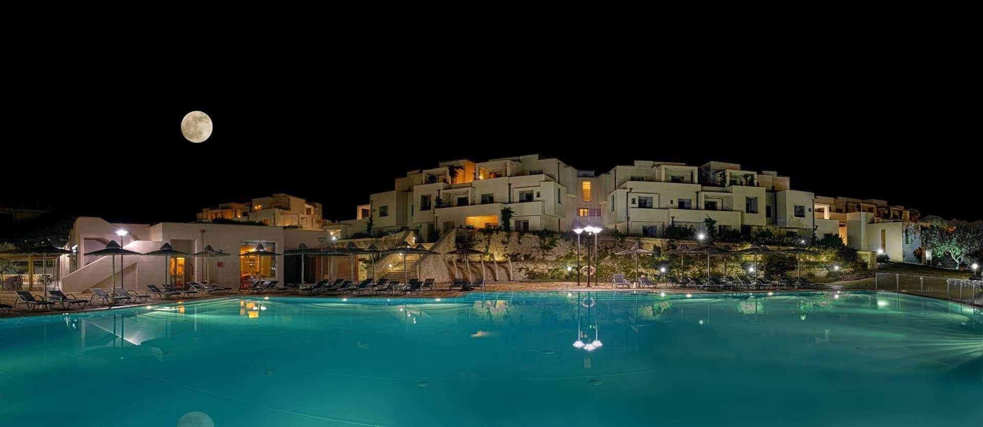 resort basiliani zwembad avond