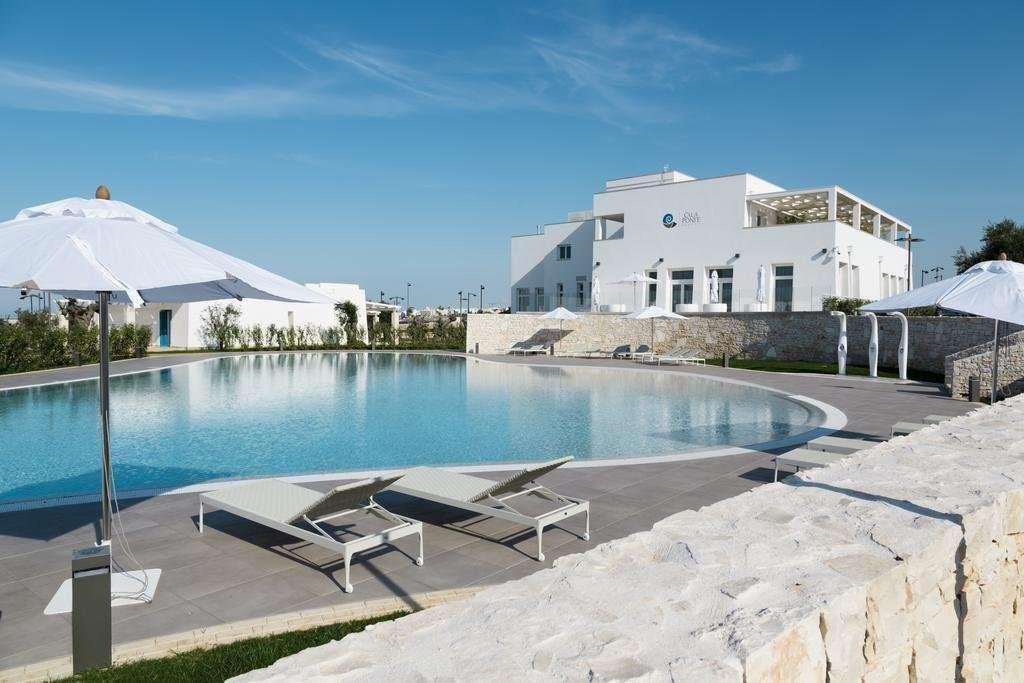 calaponte - puglia - italie - zwembad met ligbedden en parasols