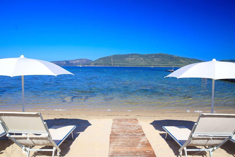 hotel-resort-corte-rosada-alghero-sardegna-strand met ligbedden