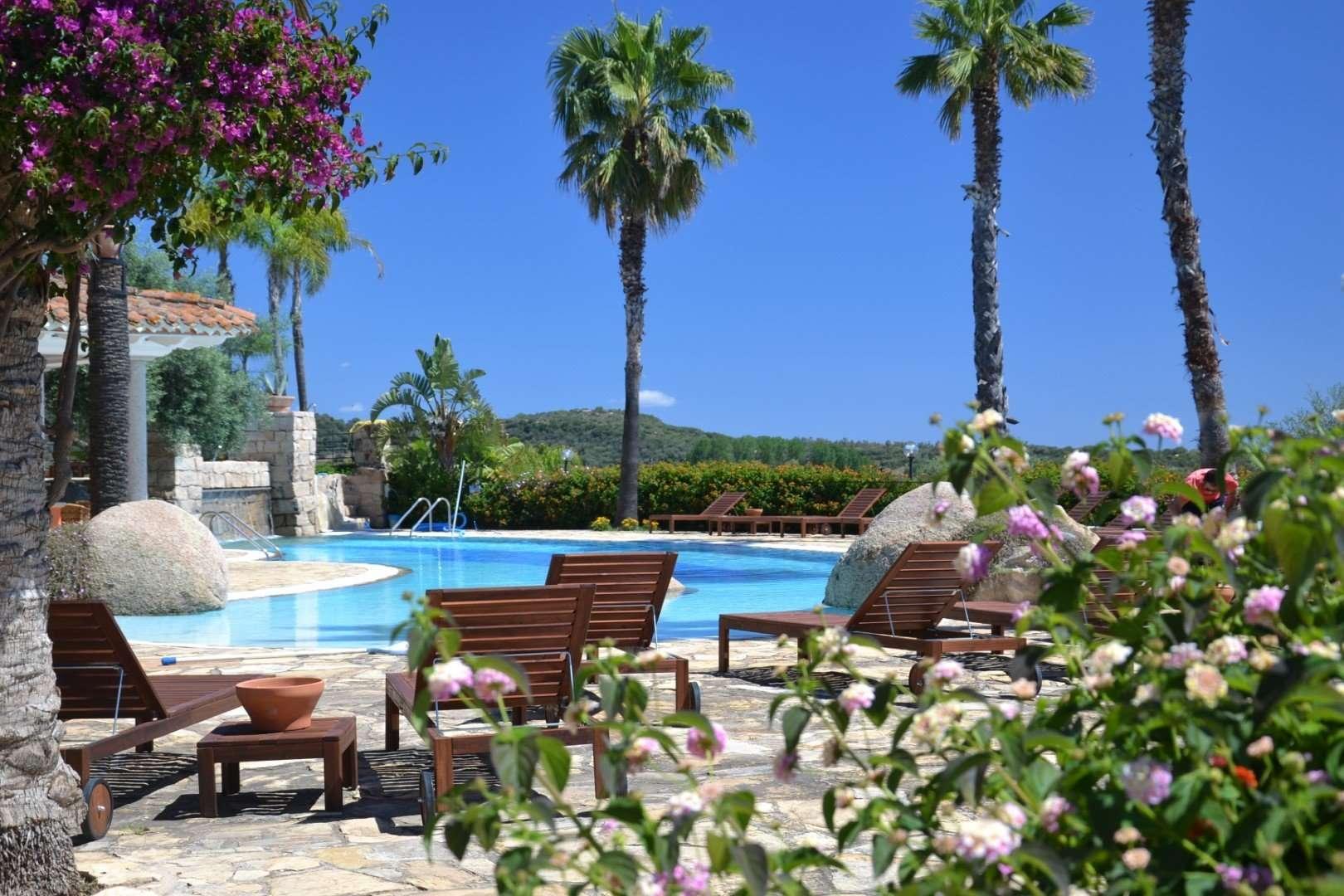 galanias hotel - sardinie - houten ligbedden bij zwembad