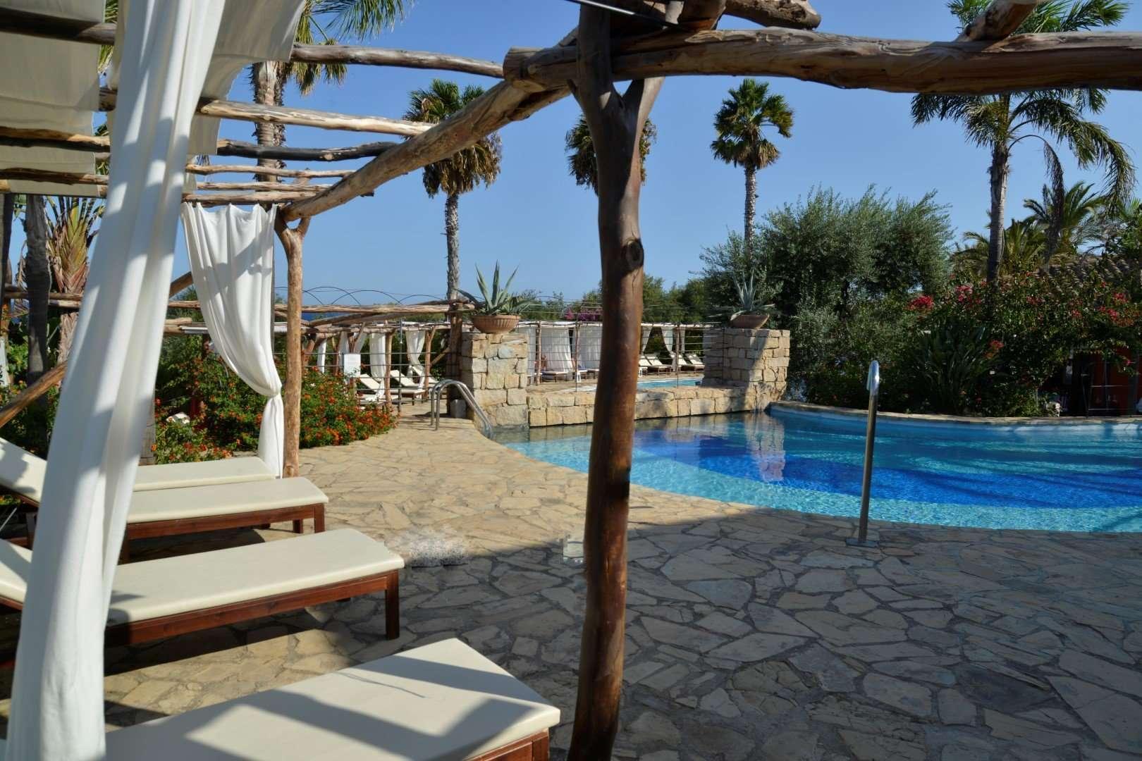 galanias hotel - sardinie - ligbedden bij zwembad