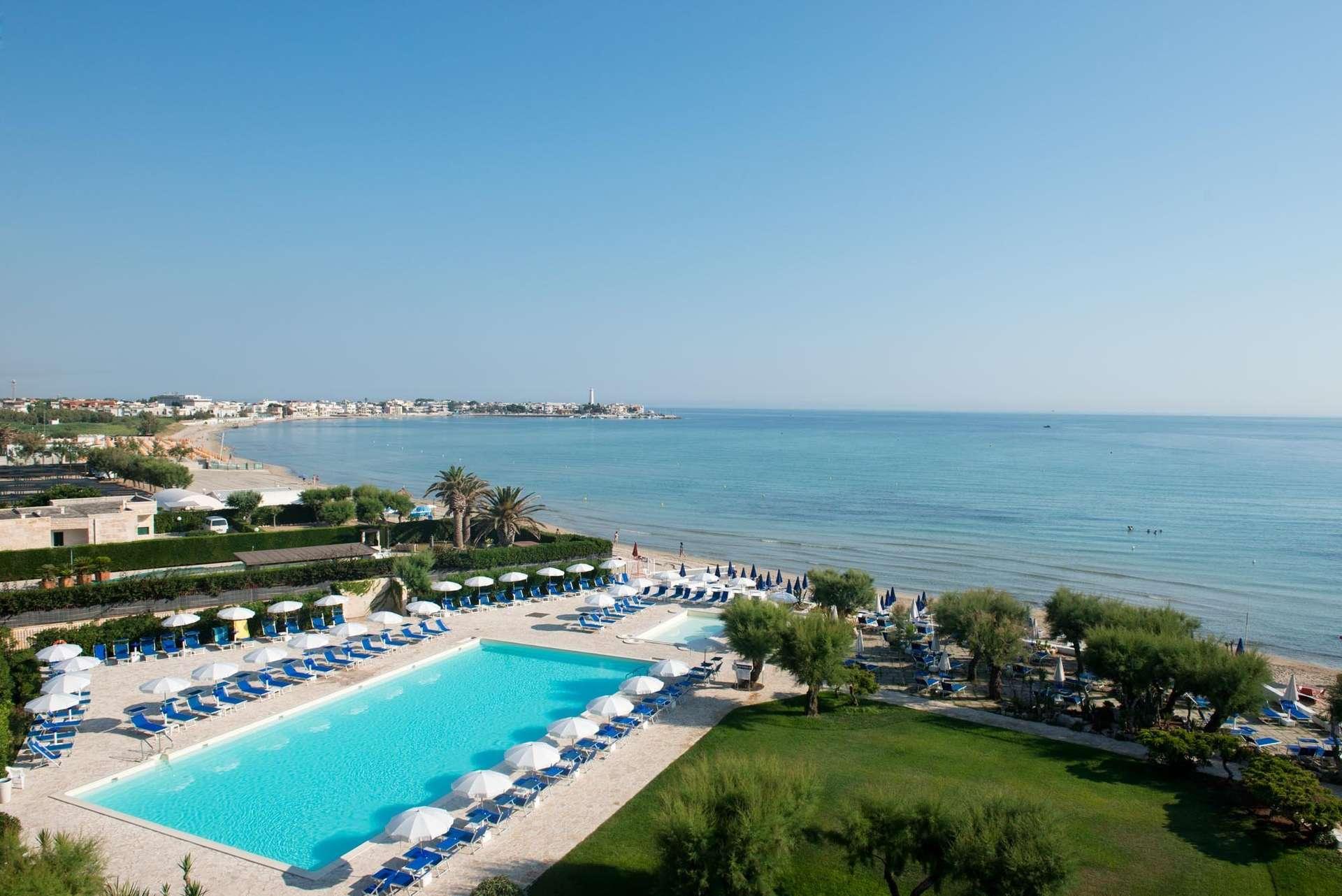 hotel del levante - puglia - italie - zwembad en zee vanaf hotel