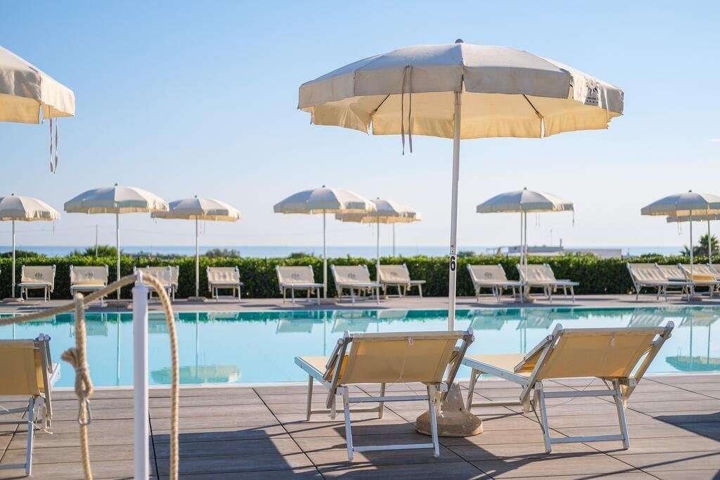 torre-guaceto-oasis-hotel-puglia-italie-zwembad-en-zee