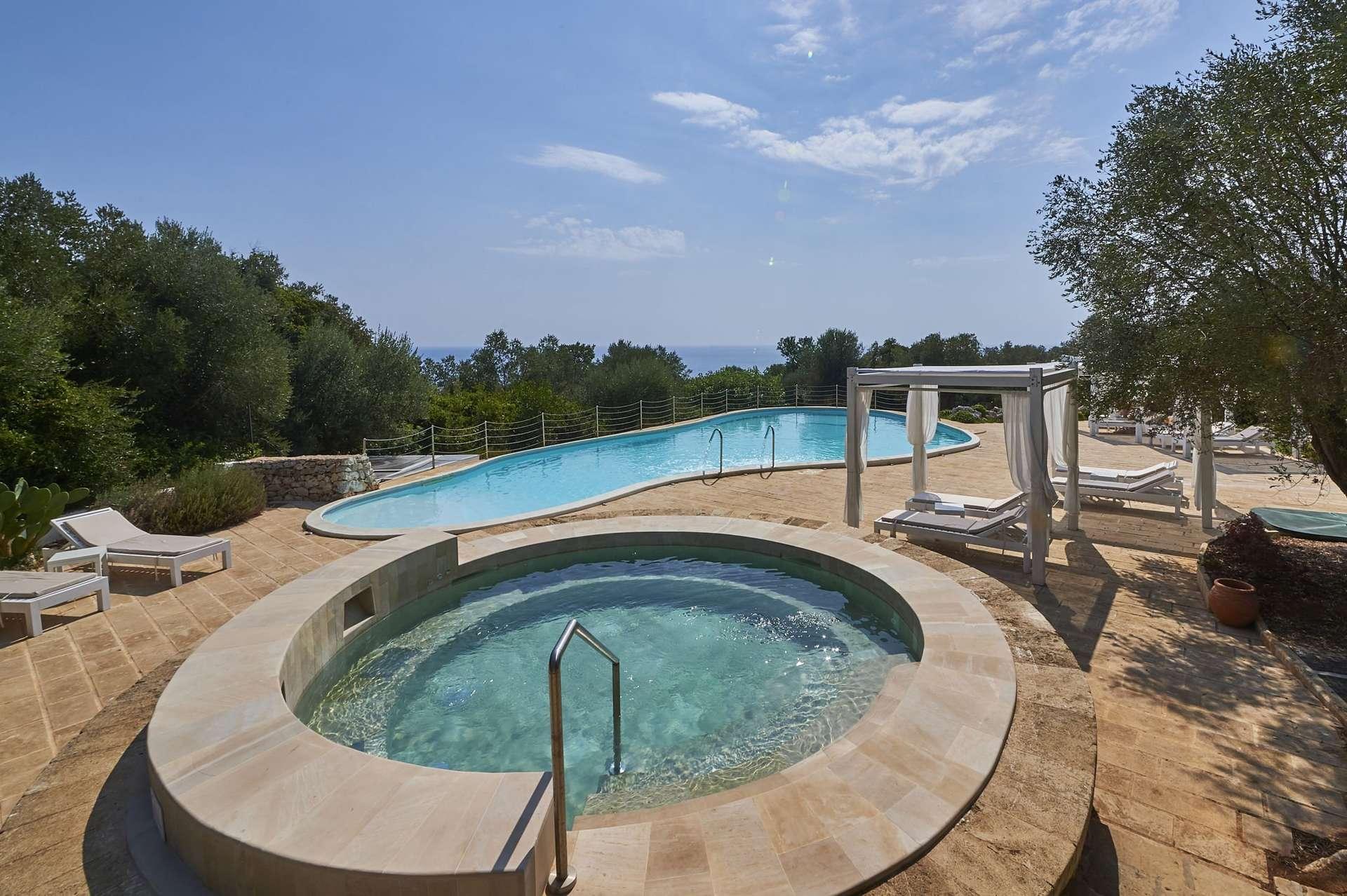 marenea suite hotel - puglia - italie - zwembaden met loungebedden